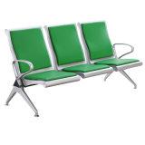 公共の鋼鉄病院を椅子を待っている3つのシート