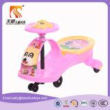 Розовый автомобиль качания младенца цвета с нот