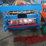 La couleur a enduit le roulis en acier de toiture formant la machine et l'Uncoiler