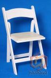 白いカラー宴会でもてなすことのための木の折る結婚式の椅子