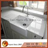 Белый кварцевый камень кухонном столе на кухне Quartz сегменте панельного домостроения в верхней части