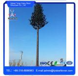 Cammuffato decorando gli alberi di pino ha galvanizzato la torretta di telecomunicazione mobile