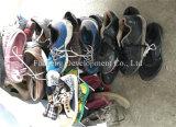 Используемые ботинки и одежды