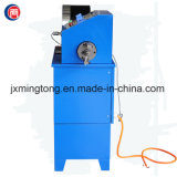 Máquina raspando de friso da mangueira nova em um equipamento para a mangueira hidráulica