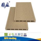 Le bois composite en plastique WPC Decking rainuré de plein air sur le jardin d'administration