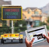 Le message variable mobile actionné solaire de circulation de route signe les VMs montées par remorque des panneaux DEL