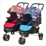 Passeggiatore del bambino dei gemelli con le sedi di automobile