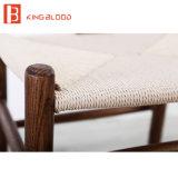 Sola silla de madera para los muebles del comedor con los apoyabrazos