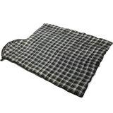 軍隊の緑の屋外のキャンプの空の綿の寝袋