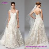 Alineada clásica de la novia con adornos florales grandes del cordón en un nuevo cordón