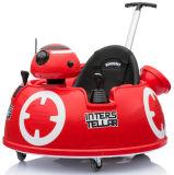 Paseo del juguete de los niños en el coche con el telecontrol y el empuje