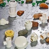 Montaggi bianchi del PVC del maschio del PVC e dell'adattatore della femmina con il filetto