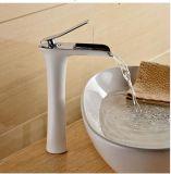 Le trou simple a balayé le taraud en laiton de bassin de salle de bains de nickel