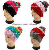 As meninas bonitas listraram colorido tricotam manualmente com o chapéu de lãs de veludo