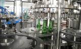 Машина автоматического питья пива разливая по бутылкам заполняя упаковывая