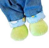 かわいい赤ん坊は赤ん坊のプラシ天によって詰められるスリープの状態である人形をもてあそぶ