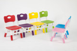 A tabela plástica dos melhores miúdos vermelhos bem escolhidos dos produtos e 4 cadeiras ajustaram a escola colorida do divertimento do jogo da mobília Home
