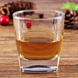 正方形のウィスキーのガラスウィスキーのコップの小グラス