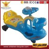 振動車の美しい子供の乗車