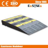 黒く及び黄色の耐久のゴム製携帯用縁石の傾斜路