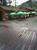 Piscina cubierta de bambú