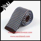 Gli uomini adattano a 100% i legami lavorati a maglia sottili di seta