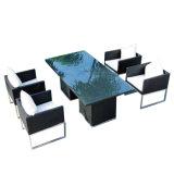 バルコニーの藤のアルミニウム椅子および表セットを食事する屋外の庭のテラスの家具