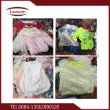 A roupa usada alta qualidade é apropriada para jovens
