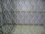 電流を通され、PVC上塗を施してある六角形の金網の金網の網