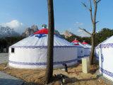 屋外のタケフレームグループのモンゴル人のテント