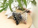 蝶は模造銀製カラーの妖精円のイヤリングを継ぎ合わせる