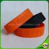 Form-SilikonWristband mit Debossed Firmenzeichen