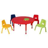 4脚の椅子が付いている長方形の緑色の子供の調査表