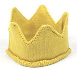 관례에 의하여 길쌈되는 레이블 아기 생일 모자에 의하여 뜨개질을 하는 크라운 베레모