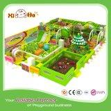Cour de jeu commerciale d'intérieur dans le thème de couleur verte