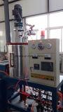 泡の機械を作るプラスチックヌードルのコップか容器