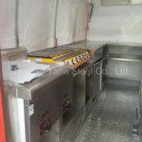移動式食糧トレーラーによって焼かれるソーセージ機械かバイクの食糧カート