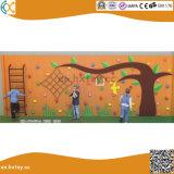 幼稚園の屋外の木の上昇の壁