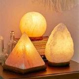 Стороны резного каменной соли светильник с деревянным базы