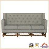 居間の家具の房のリネンファブリックによって装飾される部門別のソファーのシート