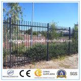 La buena calidad colorea la cerca del hierro labrado / la cerca de acero.