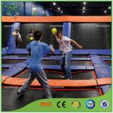 Drôle d'enfants avec trampoline Dodgeball de gymnastique