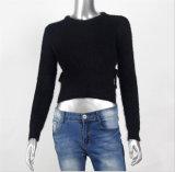 女性はセーターのモヘアのMukhyarのビスコース編むプルオーバーをショートさせる