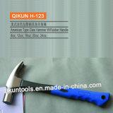 La mano del hardware della costruzione H-118 lavora il martello da carpentiere di tipo americano con la maniglia di legno verniciata dell'impronta digitale