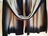Kabel strickten den feinen Wolle-Schal schattiert gefärbt