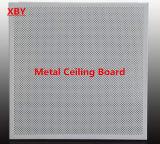 金属の穴の天井のボード