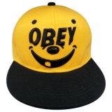 Sombrero de dos tonos con la insignia Gj8d
