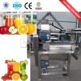 Máquina reduzindo a polpa do pêssego para a venda