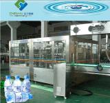 Botella plástica del pequeño animal doméstico que bebe la embotelladora del agua mineral/la línea de relleno