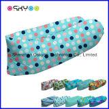 方法屋外の膨脹可能な空気ベッドの寝袋
